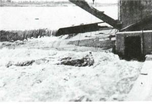 2 濁流に洗われる陥没した自在堰(昭和2年6月24日)