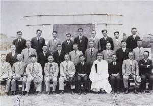17 竣工碑前記念写真 宮本武之輔(前列右側6人目)
