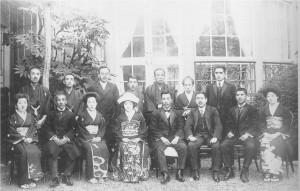 16 親族に囲まれた結婚式記念写真