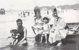 23 家族とともに海水浴